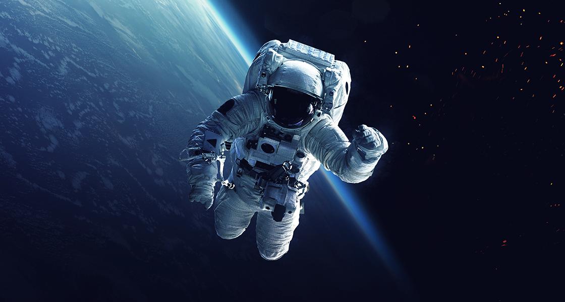 Astronaut og romferge kretser rundt Jorden